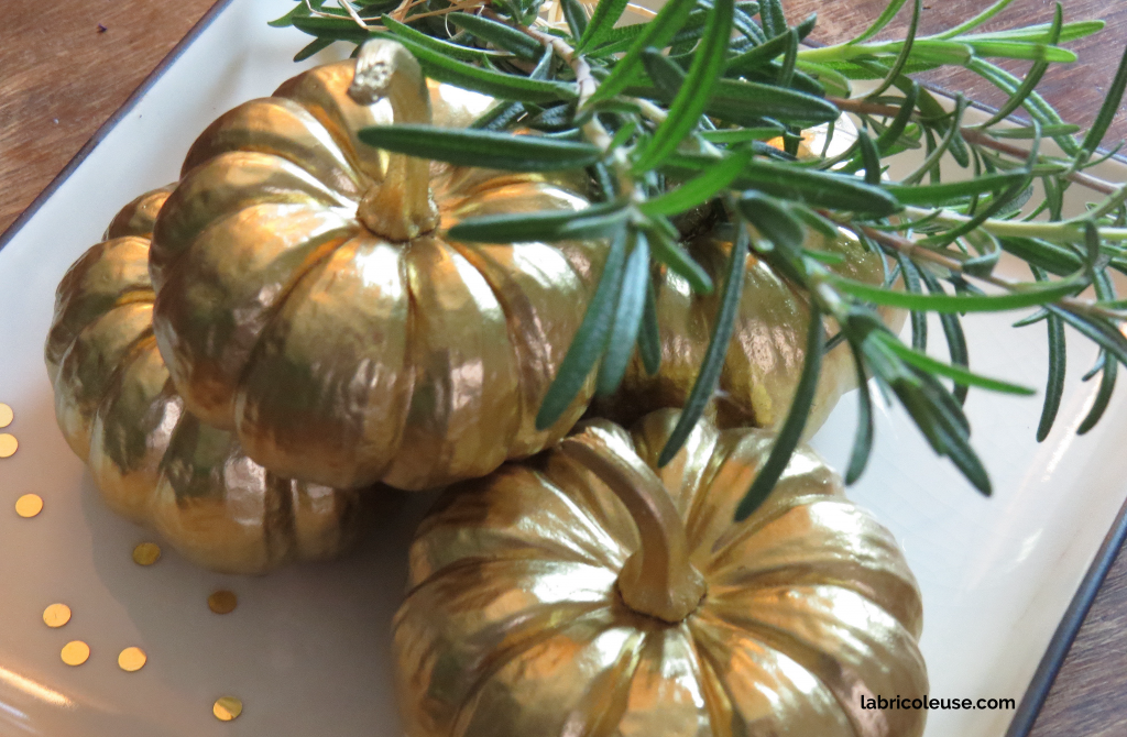 Table center piece with gold-colored mini pumpkins: Thanksgiving decor