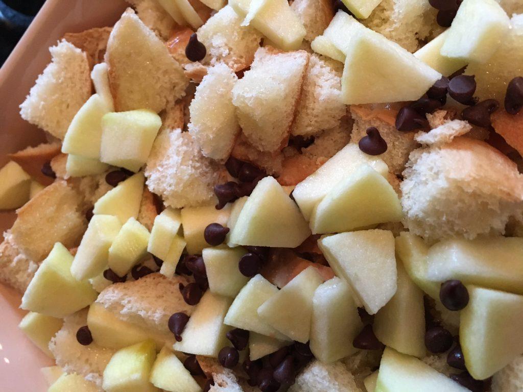 Morceau de pain, pommes en dés et pépites de chocolat.