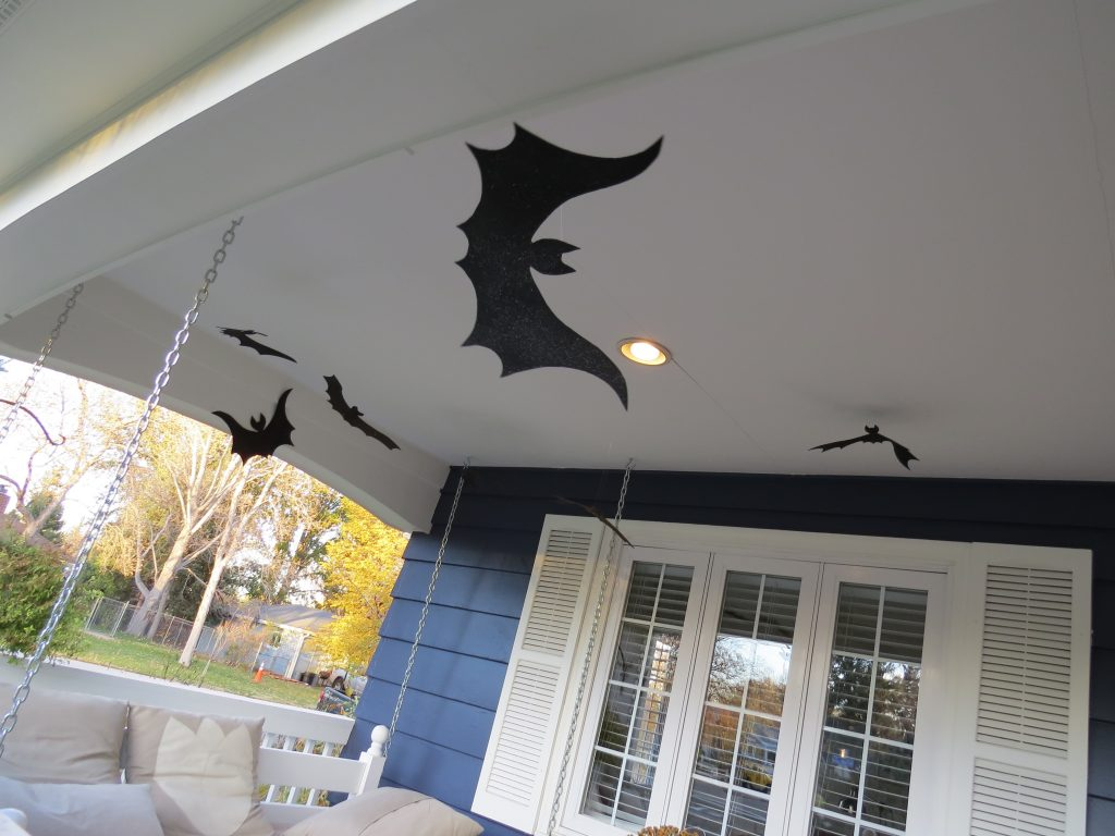 Chauves-souris d'Halloween qui volent sur le porche