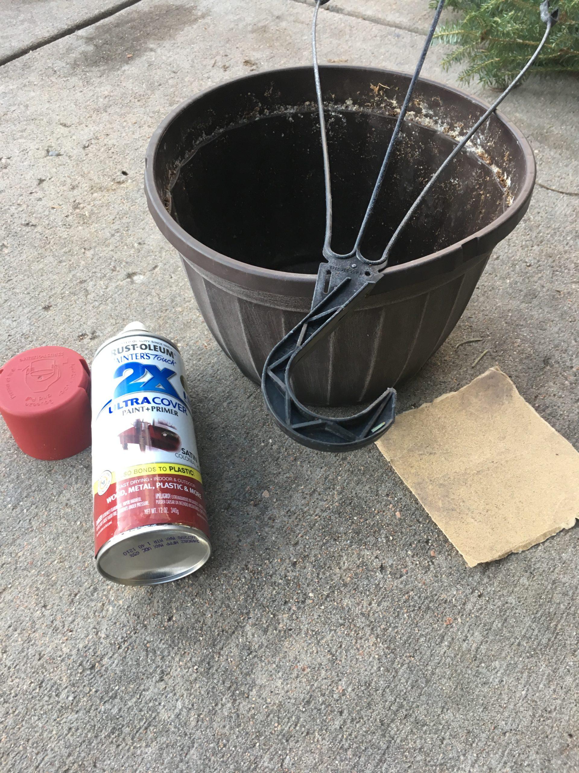 Matériel pour ces suspensions de Noël: Suspensions d'été, bombe de peinture rouge et papier de verre