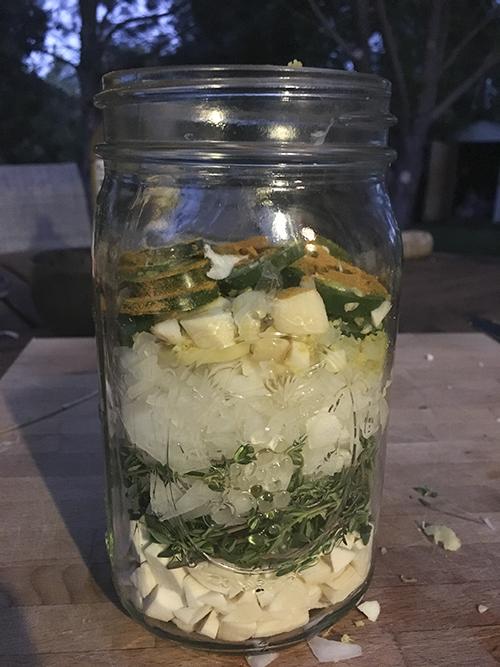Les ingrédients du cidre de feu sont prêts à être couverts de cidre de pomme.