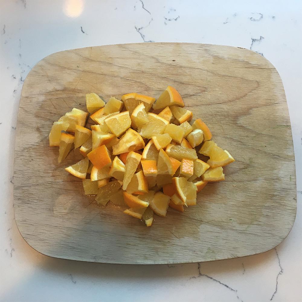 Découpez l'orange en petits morceaux.
