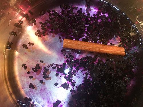 Infusion de baies de sureau noir en cours de préparation