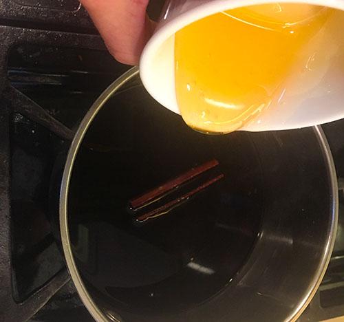 Ajout du miel à l'infusion de baie de sureau noir