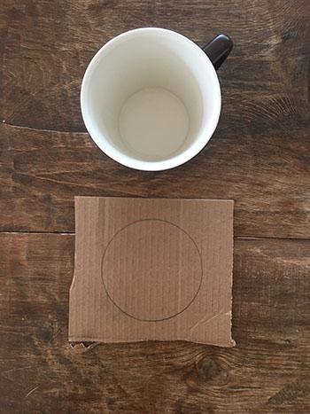 Tracer un cercle d'environ 10 centimètres de diamètre à l'aide d'une tasse ou d'un objet rond.