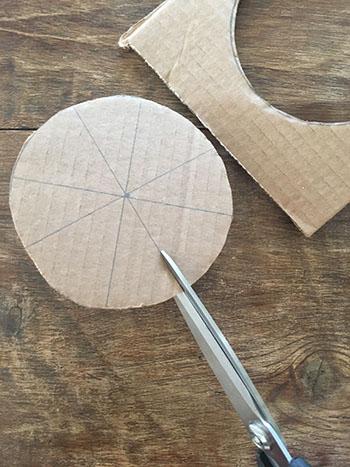 Découper une fente de 2-3 centimètre au début de chaque diamètre.
