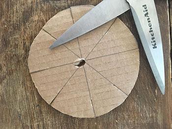 Faire un trou au centre du cercle.