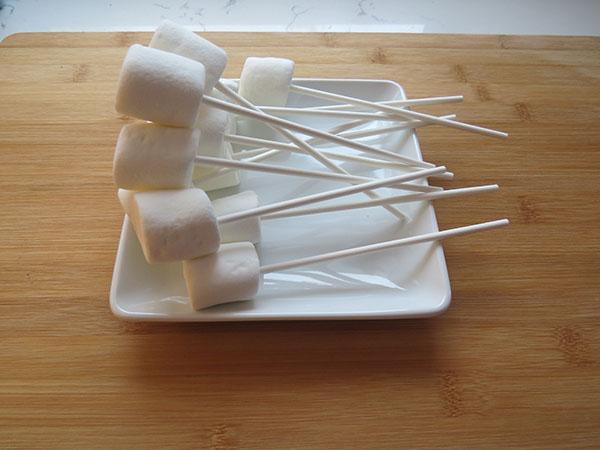 Enfilez les chamallows sur le bâton de sucette
