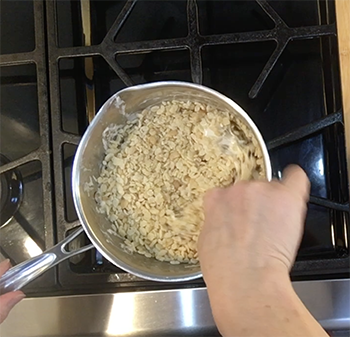 Ajouter les Rice Krispies et bien mélanger.